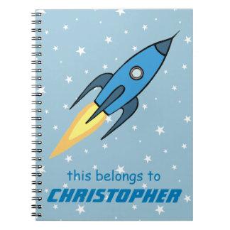 青いレトロのRocketshipおよび星のかわいい名前入り ノートブック