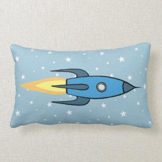 青いレトロのRocketshipおよび星のかわいい漫画 ランバークッション