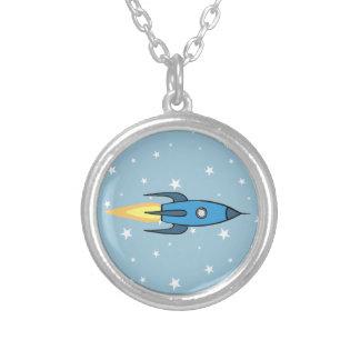 青いレトロのRocketship及び星のかわいい漫画のデザイン シルバープレートネックレス