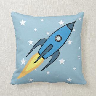 青いレトロのRocketship及び星の漫画のデザイン クッション