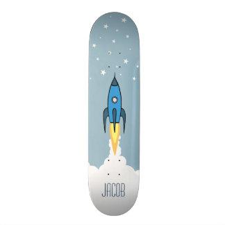 青いレトロロケットの船は名前入りなモノグラムを主演します スケートボード