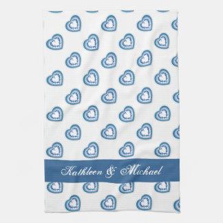 青いレースのハートの結婚祝いの名前をカスタムする キッチンタオル