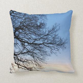 青い冬の空の木のシルエット クッション