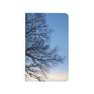 青い冬の空の木のシルエット ポケットジャーナル