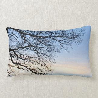 青い冬の空の木のシルエット ランバークッション