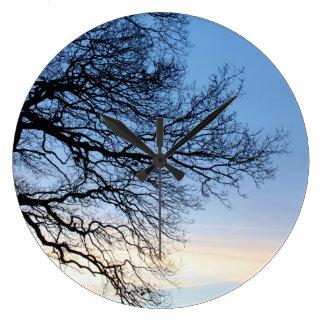 青い冬の空の木のシルエット ラージ壁時計