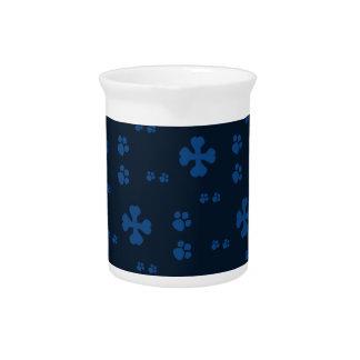 青い十字の犬用の骨および足のプリント ピッチャー