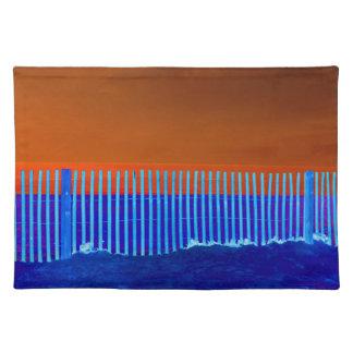 青い塀の青い砂のオレンジ空のフロリダのビーチ ランチョンマット