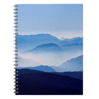 青い山の冥想的でリラックスさせるな景色場面 ノートブック