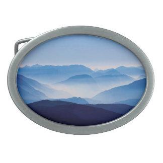 青い山の冥想的でリラックスさせるな景色場面 卵形バックル