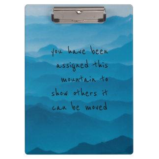青い山の自然の景色はクリップボードを引用します クリップボード