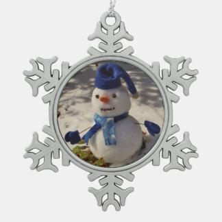 青い帽子、手袋およびスカーフが付いている雪だるま ピューター製スノーフレークオーナメント