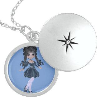 青い服の美しいブルネットの女の子 ロケットネックレス