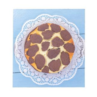 青い木の背部のロシアのなチョコレートチーズケーキ ノートパッド