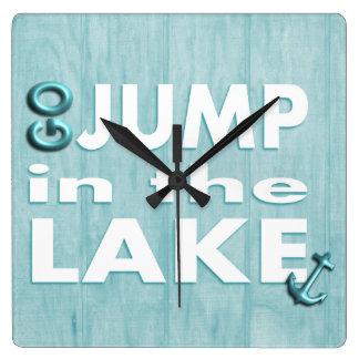 """青い木製のプリントの引用文は""""ジャンプ湖の""""の時計行きます スクエア壁時計"""