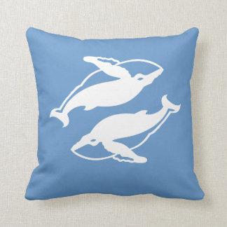青い枕の白いクジラ クッション