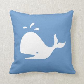 青い枕の白い漫画のクジラ クッション