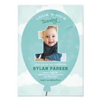 青い気球の最初誕生日の写真の招待状 カード