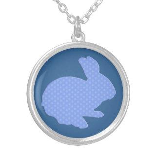 青い水玉模様のシルエットのイースターのウサギのネックレス シルバープレートネックレス