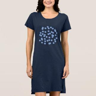 青い水玉模様の女性のTシャツの服 ドレス