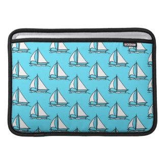 青い海パターンのヨット MacBook スリーブ