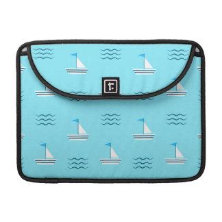青い海パターンのヨット MacBook PROスリーブ