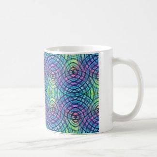 青い渦巻の虹のデザインのコーヒー・マグ コーヒーマグカップ