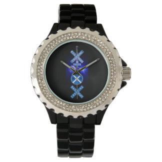 青い点滅の鉄道は腕時計に信号を送ります 腕時計