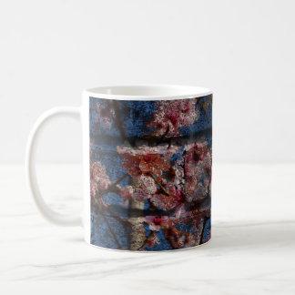 青い煉瓦および花のマグ コーヒーマグカップ