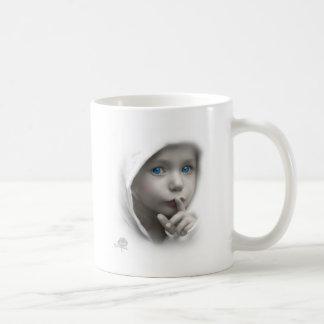 青い目を持つ小さな女の子 コーヒーマグカップ