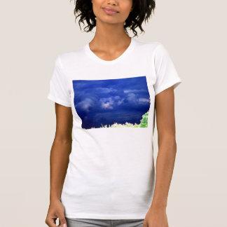 青い積雲の雨雲および白熱[赤熱]光を放つな梢 Tシャツ