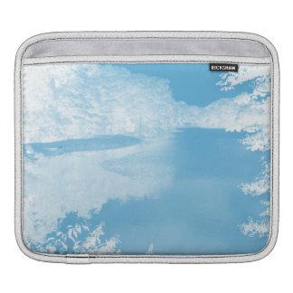 青い空気のようなファンタジー白い冬の川 iPadスリーブ
