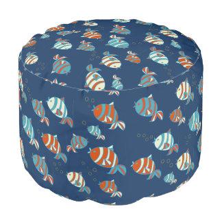 青い背景が付いているカラフルな魚パターン プーフ
