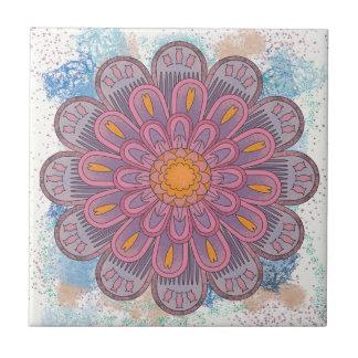 青い背景が付いているピンクの曼荼羅 タイル
