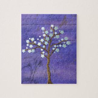 青い背景が付いているマグノリアの刺激を受けたな木 ジグソーパズル