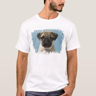 青い背景に対するパグの子犬 Tシャツ