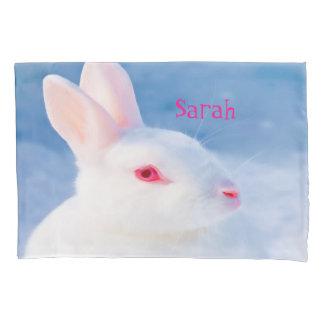 青い背景のかわいく白いウサギは名前を加えます 枕カバー