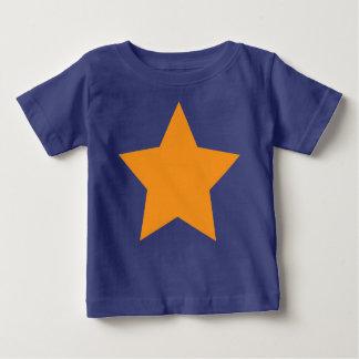 青い背景のオレンジ星が付いている乳児のティー ベビーTシャツ