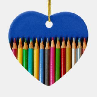 青い背景のカラフルな鉛筆のクレヨン セラミックオーナメント