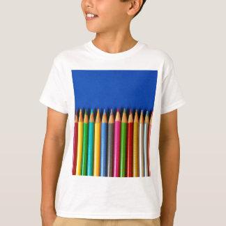 青い背景のカラフルな鉛筆のクレヨン Tシャツ