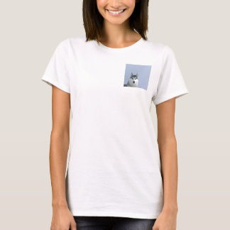 青い背景のシベリアンハスキー Tシャツ