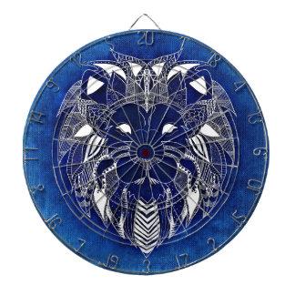 青い背景のダート盤を持つ白いライオン ダーツボード