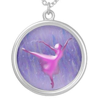 青い背景のピンクのバレエダンサー シルバープレートネックレス