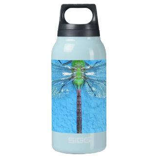 青い背景のマクロ緑のトンボ 断熱ウォーターボトル