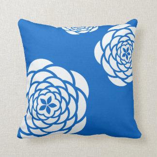青い背景の枕の白いシャクヤク クッション