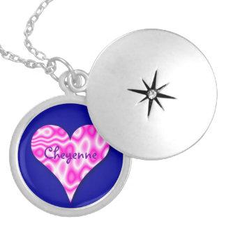 青い背景の渦巻形のなピンクのハートのネックレス シルバープレートネックレス