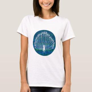 青い背景の白い孔雀 Tシャツ