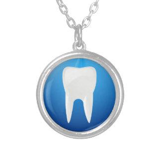 青い背景の白い歯 シルバープレートネックレス