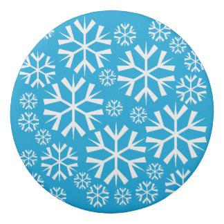青い背景の白い雪片パターン 消しゴム