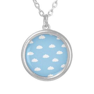 青い背景の白い雲 シルバープレートネックレス
